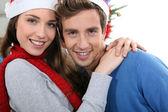 一对年轻夫妇在圣诞节的肖像 — 图库照片