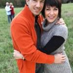 dos parejas abrazándose en un campo — Foto de Stock