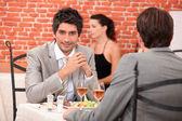 Due uomini d'affari che mangiando in un ristorante — Foto Stock