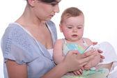 Bebek annesi öğretim telefona — Stok fotoğraf