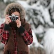 Woman photographer in winter forest — ストック写真