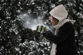 Mulher de inverno soprando uma neve — Foto Stock