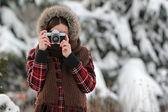 Kobieta fotograf w zimowym lesie — Zdjęcie stockowe