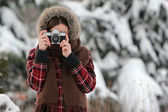 冬の森での女性のカメラマン — ストック写真