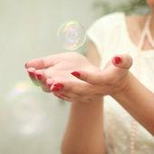 Bubble in handen — Stockfoto