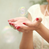 Bubble in hands — Stockfoto