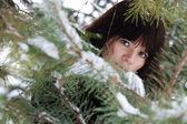 冬天的背景上一个年轻女孩的特写肖像 — 图库照片