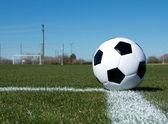Bola de futebol no campo — Foto Stock