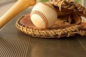 Beyzbol sopası ve eldiven sığınakta — Stok fotoğraf