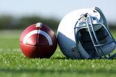 Futebol e capacete no campo — Foto Stock