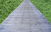 Vieux pont de bois sur fond d'herbe — Photo