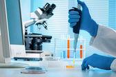 Vědec, který pracuje v laboratoři — Stock fotografie
