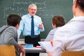 Insegnante con gli allievi della high school — Foto Stock