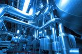 Zona industrial, tuberías de acero y cables en tonos azules — Foto de Stock