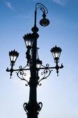 Gammal vacker gatlykta i budapest vid soluppgången — Stockfoto