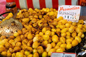 Fried whole potatoes for sale — Стоковое фото