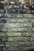 Stenen muur textuur met getallen — Stockfoto