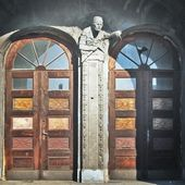 Symbol of the collapse, damaged doors and sculpture in the building — Stock Photo