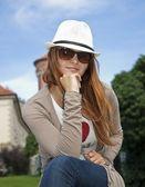 Hübsche junge Frau mit retro Brille und weißen Hut — Stockfoto
