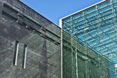 モダンなミニマルな建物は、将来の建築家のガラスとコンクリートのファサード — ストック写真