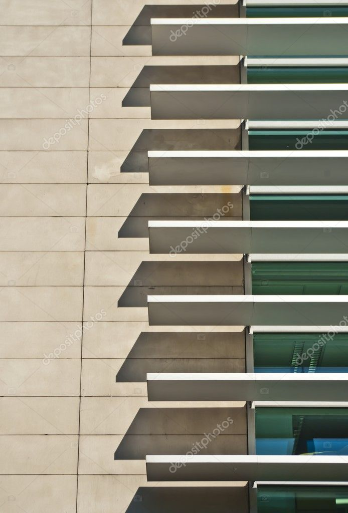 Persianas en fachada de edificio minimalista moderno for Arquitectura minimalista edificios