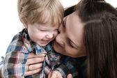 Río madre abraza al hijo alegre. — Foto de Stock