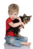 El niño abraza un cachorro. — Foto de Stock