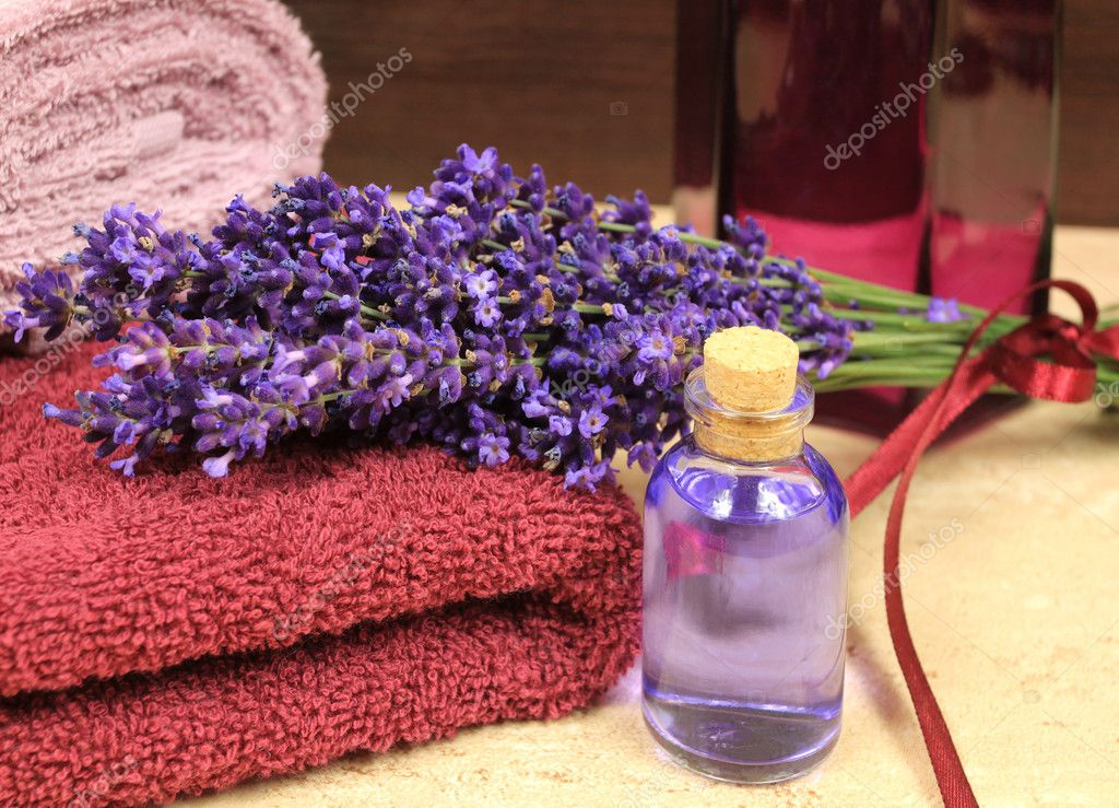 Relaxing spa resort composition - towels, lavender flower, bottle with lotion — Stock Photo #8603608