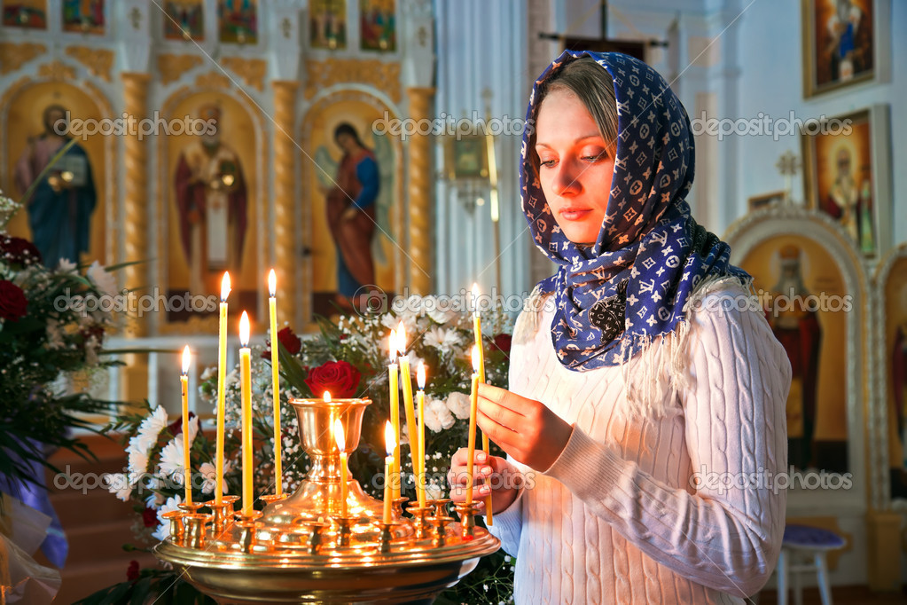 Girl with a candle in the Orthodox Church.  Foto de Stock   #10218937