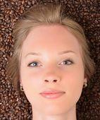 Frau in kaffeebohnen — Stockfoto