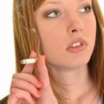 belle femme tenant une cigarette — Photo