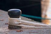Fartyget rep knutet till en hamn — Stockfoto