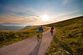 Couple of cyclists travel to mountains — Stock Photo