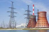 Wärmekraftwerk und stromleitung — Stockfoto