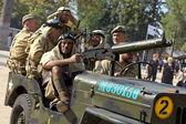Amerikanische soldaten auf einem militärischen auto — Stockfoto