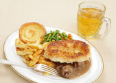Steak and kidney pie with beer — Stock Photo