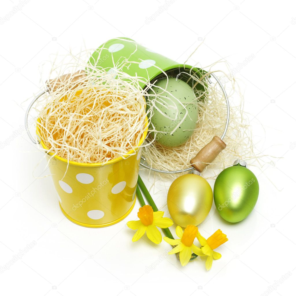 Easter eggs and daffodil flowers — Stock Photo #8317105