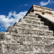 Kukulkan Pyramid Looming above Chichen Itza — Stock Photo