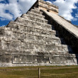Wide-Angle View of Kukulkan Pyramid at Cichen Itza — Stock Photo