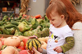 Kind aanraking kalebas — Stockfoto