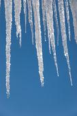 Buz sarkıtları ve mavi gökyüzü — Stok fotoğraf