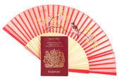 çin yelpaze ve i̇ngiliz pasaportu — Stok fotoğraf