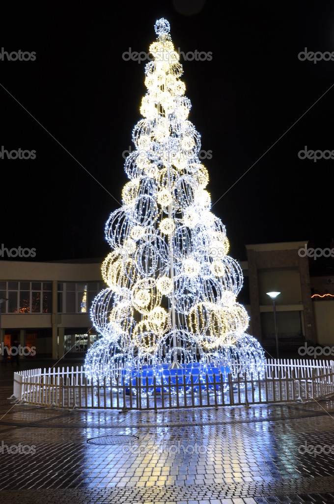 Celebratory fur-tree. Light chains — Stock Photo #8000808