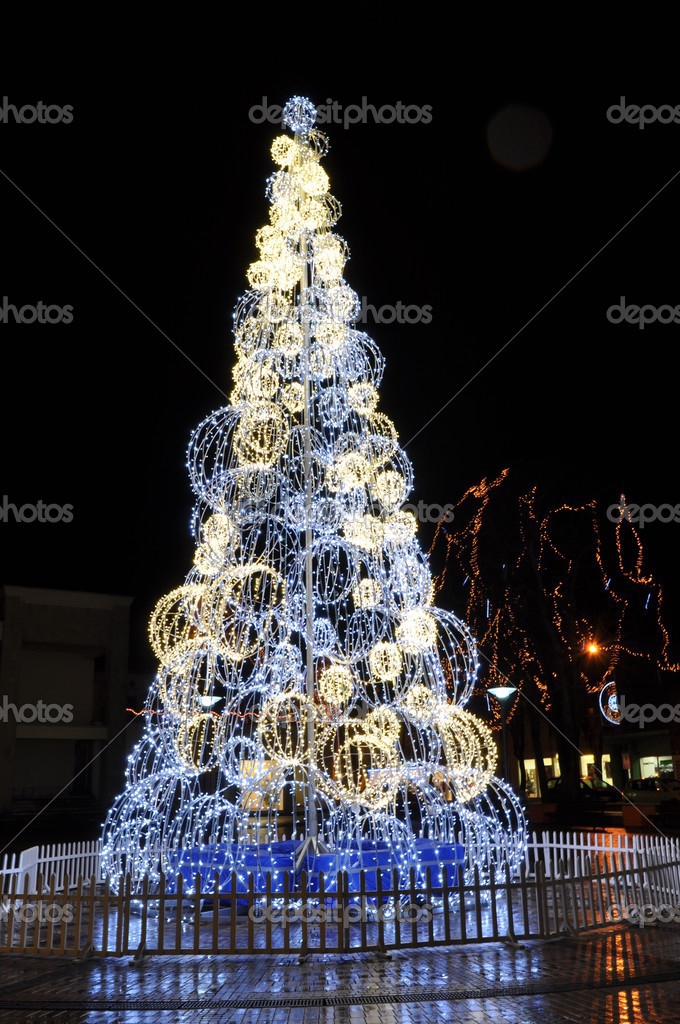 Celebratory fur-tree. Light chains — Foto Stock #8000823