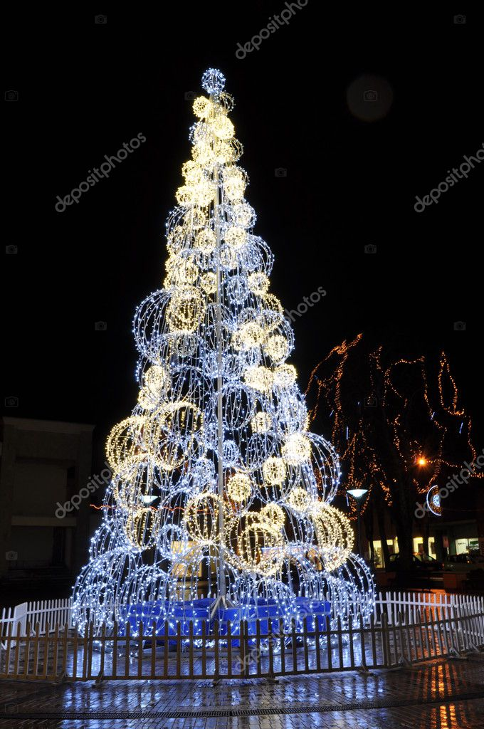 Celebratory fur-tree. Light chains — Foto de Stock   #8000823