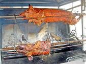 Carne de cerdo cocinada en un asador en un país justo en italia — Foto de Stock