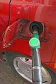Voiture effectue une fourniture du distributeur de carburant sans plomb vert — Photo