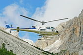 Helicopter for the transport of materials in the high mountains — Stock Photo