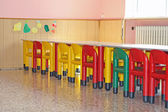 Stoelen en tafels in de eetzaal voor een kleuterschool — Stockfoto