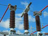 электростанция с выключателей, разъединителей, слитки меди — Стоковое фото